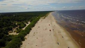 Видео взгляд сверху 4K UHD трутня взморья Балтийского моря Vecaki Латвии воздушное акции видеоматериалы