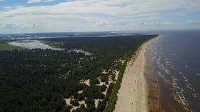 Видео взгляд сверху 4K UHD трутня взморья Балтийского моря Vecaki Латвии воздушное сток-видео