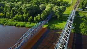 Видео взгляд сверху 4K UHD трутня Латвии моста железной дороги реки Gauja воздушное акции видеоматериалы