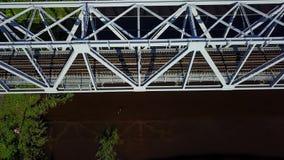 Видео взгляд сверху 4K UHD трутня Латвии моста железной дороги реки Gauja воздушное видеоматериал