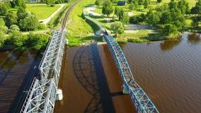 Видео взгляд сверху 4K UHD трутня Латвии моста железной дороги реки Gauja воздушное сток-видео