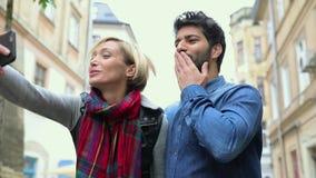 Видео- вызывать Пары с телефоном делая видео- Outdoors звонка сток-видео
