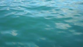 Видео движения воды, с небольшими двигая волнами сток-видео