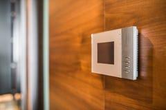 Видео- дисплей внутренной связи на деревянной стене Стоковые Изображения RF