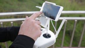 Видео дистанционного управления летания трутня и quadcopter акции видеоматериалы