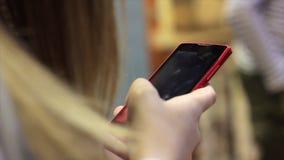 Видео записи девушки на его smartphone сток-видео