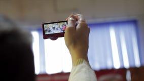 Видео записи руки человека на его photocamera сток-видео