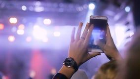 Видео записи силуэта рук человека концерта живой музыки со смартфоном акции видеоматериалы