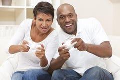 видео игры пар афроамериканца счастливое играя Стоковая Фотография