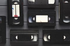 Видео- кассеты на серой деревянной поверхности назад в прошлом к Стоковая Фотография RF