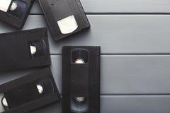 Видео- кассеты на серой деревянной поверхности назад в прошлом к Стоковые Фото