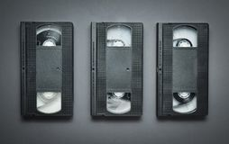 3 видео- кассеты на серой предпосылке Ретро технология от 80's Стоковые Изображения