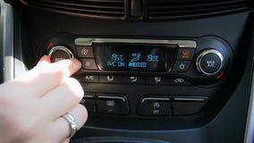 Видео крупного плана замедленного движения водителя регулируя скорость вентилятора кондиционера автомобиля сток-видео