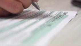 Видео крупного плана aon налоговой формы 1040 завалки женщины стол рядом с клавиатурой и калькулятором компьютера видео сток-видео