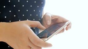 Видео крупного плана 4k женских пальцев печатая сообщение на мобильном телефоне акции видеоматериалы