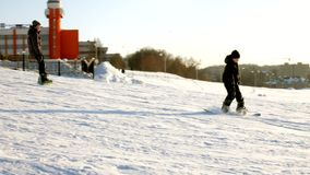 Видео лыжи снега склоняет, линии подъема и долина парка в Уосате Солнечный день с семьями на лыжах и сноубордах