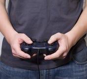 видео мужчины владением руки игры регулятора Стоковые Изображения