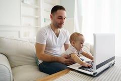 Видео отца и сына наблюдая или игра игры стоковые изображения