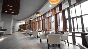 Видео- панорама кафа, таблиц и ламп, больших окон, уютной атмосферы на ресторане, дизайна интерьера акции видеоматериалы