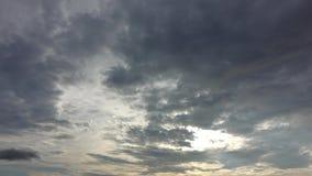 Видео промежутка времени белого облака двигая дальше небо в заходе солнца видеоматериал