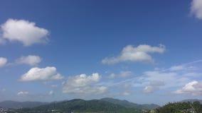 Видео промежутка времени белого облака двигая на голубое небо в утре сток-видео