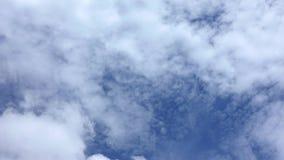 Видео промежутка времени белого облака двигая на голубое небо после обеда акции видеоматериалы