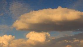 Видео промежутка времени Движение золотых и серых облаков в голубом небе видеоматериал