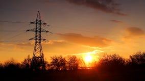 Видео промежутка времени Силуэт электрического поляка с деревьями на фоне красивого драматического захода солнца с акции видеоматериалы