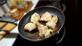 Видео промежутка времени частей мяса зажарено в крупном плане сковороды сток-видео