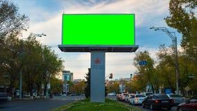 видео промежутка времени 4K Большая рекламируя афиша с зеленым экраном в центре городского пейзажа осени с движением сток-видео