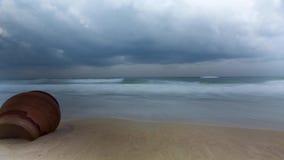 Видео- промежуток времени рано утром на пляже свирепствуя моря в пасмурной штормовой погоде акции видеоматериалы