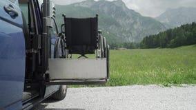 видео разрешения 4k электрическим корабля специализированного подъемом для людей с инвалидностью Пустая кресло-коляска на пандусе акции видеоматериалы