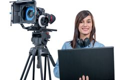 Видео редактор молодой женщины работая с компьтер-книжкой Стоковые Фото