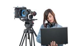 Видео редактор молодой женщины работая с компьтер-книжкой Стоковая Фотография