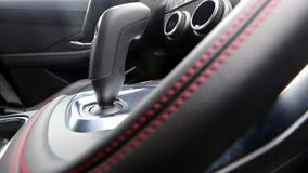 Видео рельса взгляда со стороны кнопки для включения и выключения автоматической коробки передач в интерьере автомобиля видеоматериал