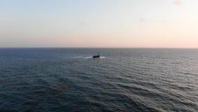 Видео сверху Плавание грузового корабля в ясном океане Вид с воздуха Seacape Средиземное море E Курорт города видеоматериал