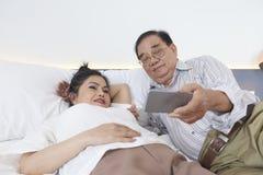 Видео старших пар наблюдая по телефону стоковые изображения