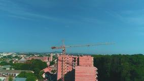 Видео- стрельба с трутнем строительной площадки с глазом птицы в солнечном летнем дне 4K сток-видео