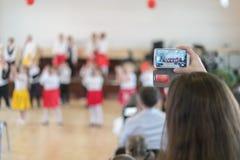Видео стрельбы мамы на представлении smartphone детей в детском саде Стоковые Изображения RF