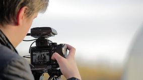Видео стрельбы человека на камере dlsr видеоматериал