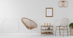 Видео стула золота, шкаф с украшениями, заводы на стойках золота и серая стена в ярком интерьере живущей комнаты видеоматериал