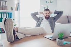 Видео счастливого удовлетворенного бизнесмена наблюдая на его компьтер-книжке пока h Стоковые Фотографии RF