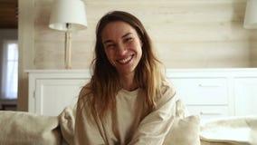 Видео счастливой женщины говоря вызывая на skype смотря веб-камеру акции видеоматериалы