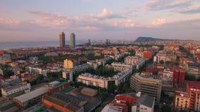 Видео трутня занятого горизонта города на восходе солнца акции видеоматериалы