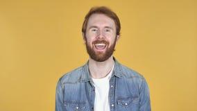 Видео-чат человеком Redhead, желтой предпосылкой, говоря