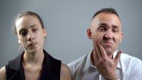 Видео человека и женщины потехи смотря зеркало сток-видео