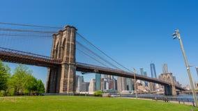 видео hyperlapse 4k горизонта Манхаттана и Бруклинский мост в дневном времени видеоматериал