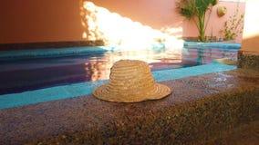 видео 4K соломенной шляпы лежа на краю небольшого бассейна Типичный морокканский бассейн стиля на крыше a сток-видео