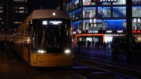 Видео nighttime трамваев и людей в Alexanderplatz в прошлом восточном Берлине, Германии видеоматериал