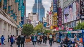 видео timelapse 4k людей на торговой улице дороги Нанкина в Шанхае видеоматериал